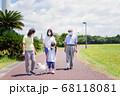 マスクをして散歩をする家族 68118081