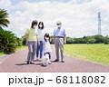 マスクをして散歩をする家族 68118082
