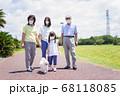 マスクをして散歩をする家族 68118085