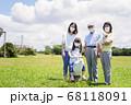 マスクをして散歩をする家族 68118091