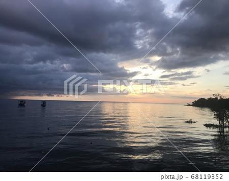 インドネシアのマナド凪いだ海の朝日 68119352