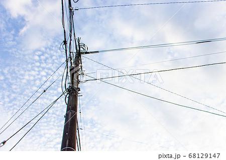 空と電柱 青空が背景の電柱と電線 68129147