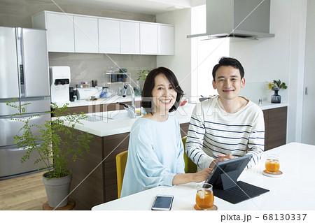 親子 一緒にパソコンを見る若い男性とミドル女性 68130337