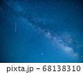 天の川と流れ星 星空 5月 日本 68138310