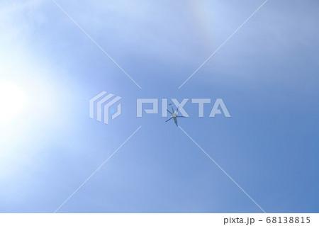 晴れの空の真上を飛行するヘリコプター 68138815