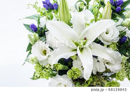 仏花 白い花のフラワーアレンジメント 68139843