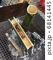 バーベキューでの骨酒と竹の器 68141445
