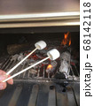 マシュマロを炭火で温めるとトロットロの絶品グルメ 68142118