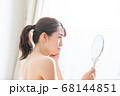 鏡を見る女性 68144851