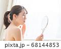 鏡を見る女性 68144853