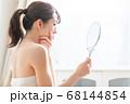 鏡を見る女性 68144854