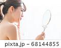 鏡を見る女性 68144855