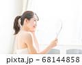 鏡を見る女性 68144858