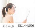 鏡を見る女性 68144859