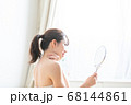鏡を見る女性 68144861