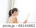 鏡を見る女性 68144862
