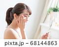 鏡を見る女性 68144863