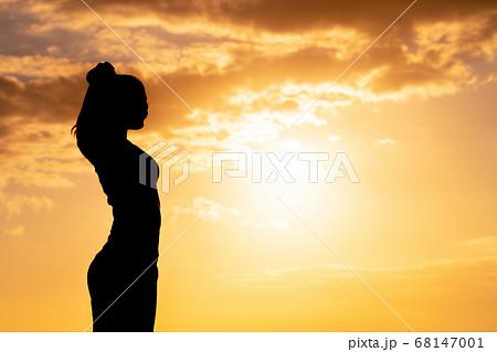 女性の健康イメージ 夕日の背景 68147001