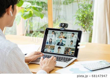 テレワークでオンライン会議をするビジネスマン 68147947