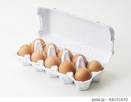紙製のパックに入った新鮮卵 68151670