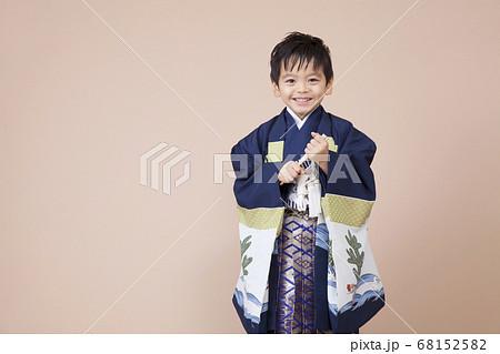 袴姿の笑顔の男児 68152582