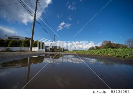 きれいな空のリフレクション(田舎の風景・水たまり) 68155562