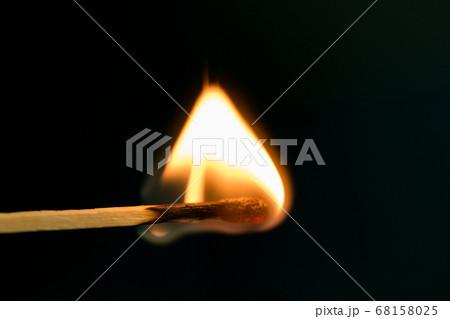 火の付いたマッチ 68158025