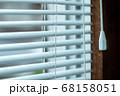 ブラインドと窓 68158051