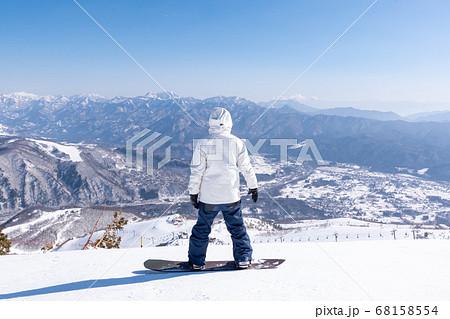 スキー場でスノーボードをする女性 68158554