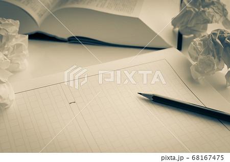 原稿用紙と辞書 執筆 68167475