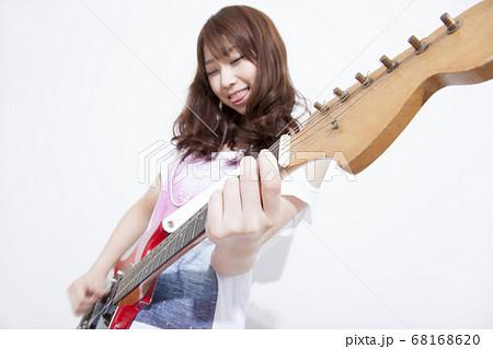 ギターを演奏する女性 68168620