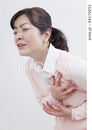 胸が痛むミドル女性 68170052