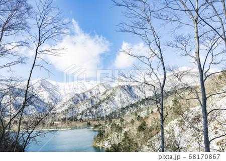 漁岳(右側)とオコタンぺ湖 千歳市 68170867