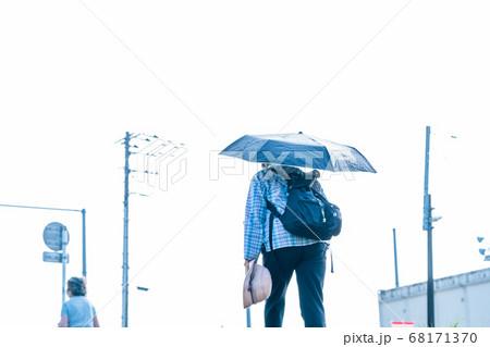 朝から厳しい暑さの中、日傘をさす女性 68171370