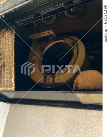 油で汚れたシロッコファンのレンジフード 68181290