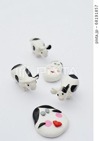 紙粘土の牛と福笑い     68191857