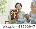 プレゼントを抱えるシニア女性 68200947