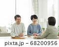 商談をするシニア夫婦とビジネスウーマン 68200956
