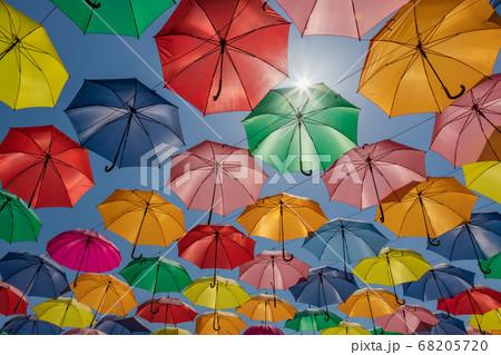 青空に浮かぶカラフルな傘 68205720