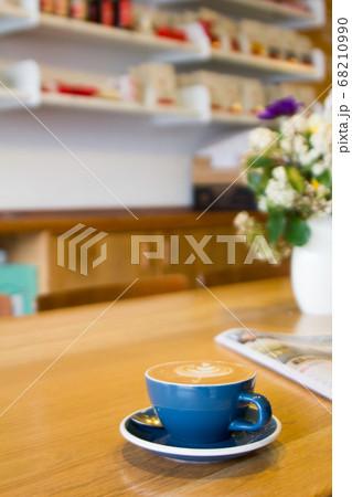 カフェのカウンターに置かれたコーヒー 68210990