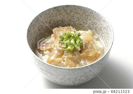 胡麻味噌ダレに漬け込んだ真鯛入りのお茶漬け(白背景) 68211523