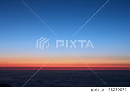 朝焼けと青空の美しいグラデーション 68230072