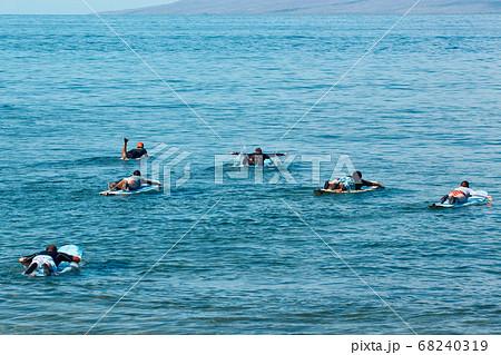 ハワイ・カアナパリビーチでサーフィンをする人々 68240319