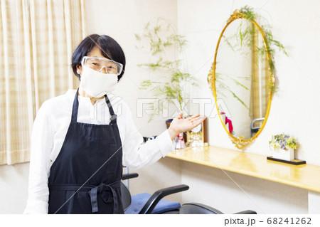 働くシニア マスクとゴーグルを付けた美容師 68241262