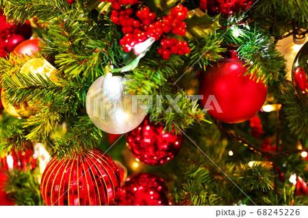 派手な色使いで飾られたクリスマスツリー 68245226