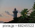 日の出前の灯りをバックにした平安名埼灯台 68245522