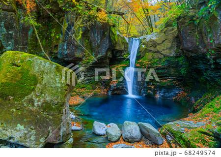 秋の滝 68249574
