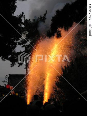 豊橋の吉田神社で行われた豊橋祇園祭の手筒花火 68250783
