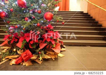 階段横のクリスマスツリーとプレゼント 68253225