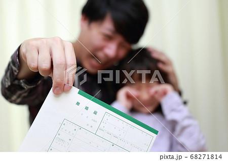 離婚届にショックを受けるパパと娘 68271814
